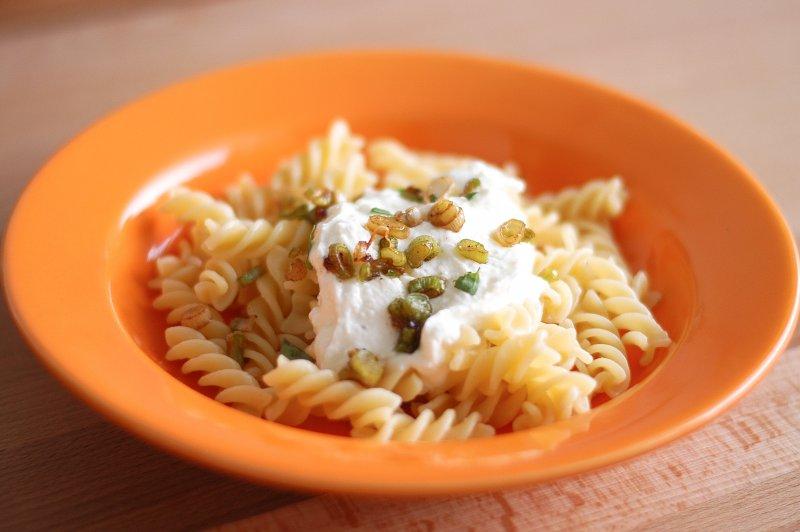 Brynzovo-sýrové těstoviny s jarní cibulkou
