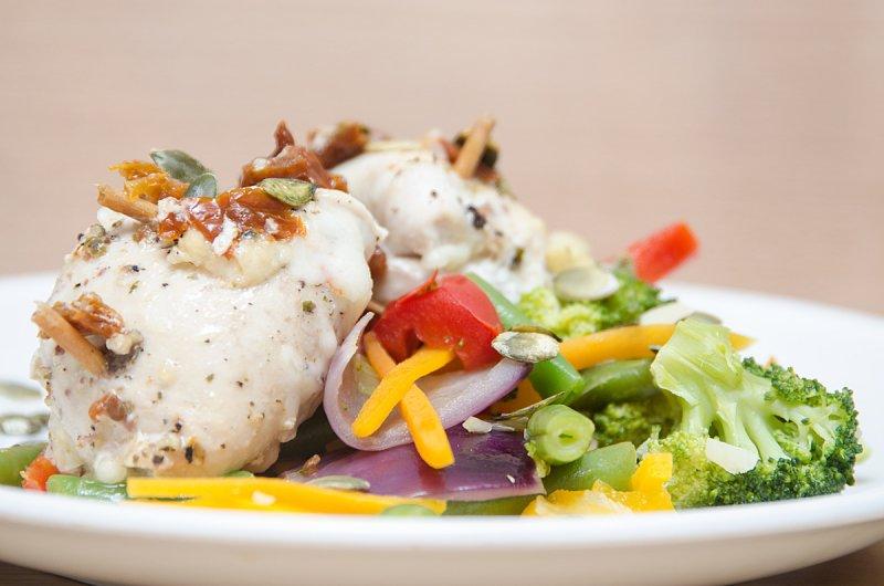 Kuracie prsia s kozím syrom a dusenou zeleninou