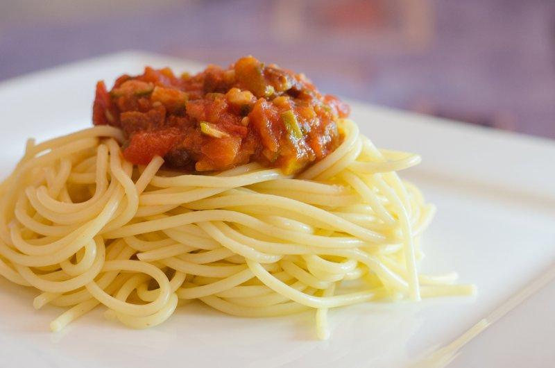 Špagety s kapary a klobásou