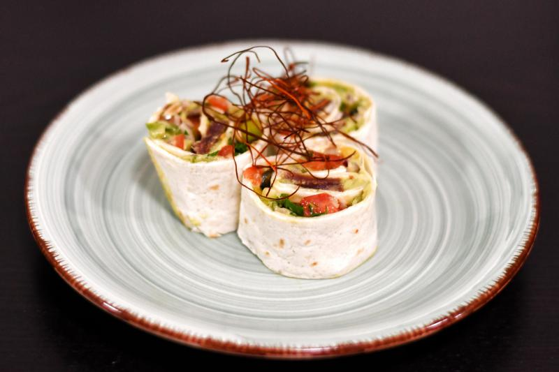 Tortillová rolka s tuniakom, salsou a avokádovou penou