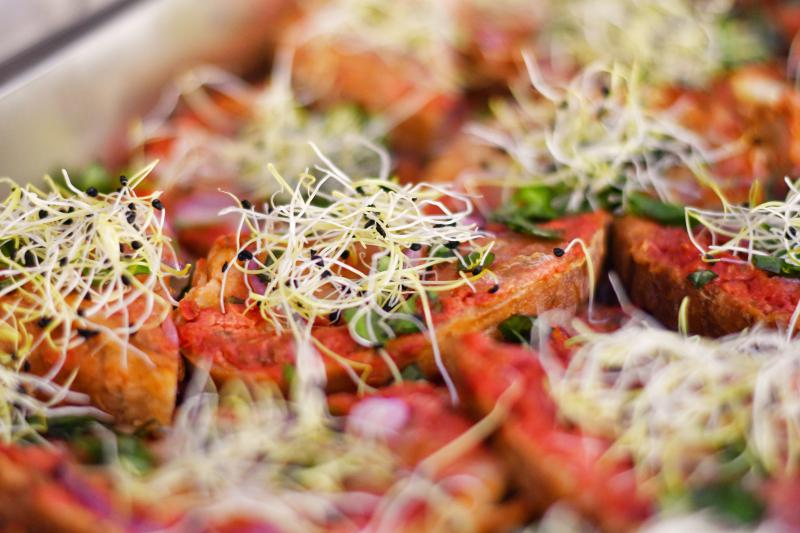 Taliansky toast s pomodorom, mozzarellou a cesnakovými výhonkami