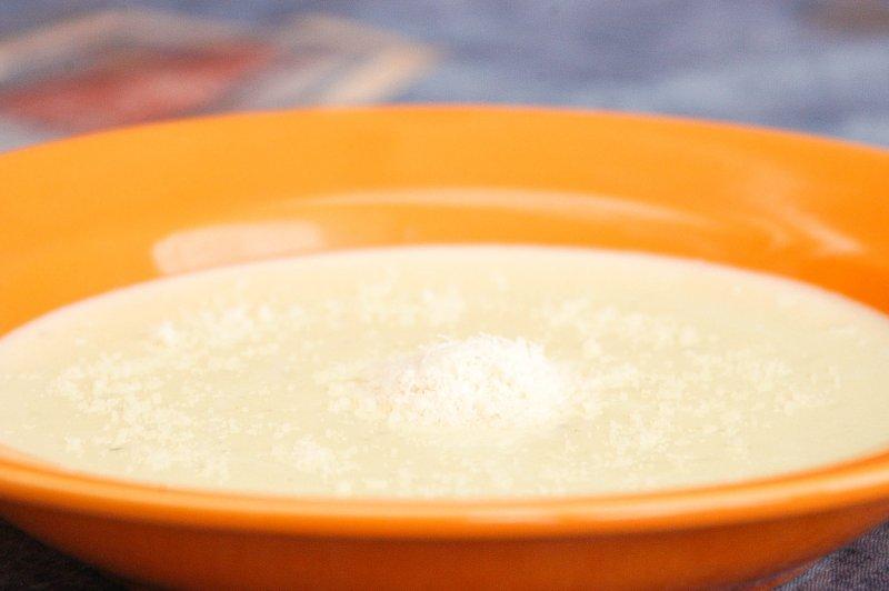 Krémová cesnaková polievka s parmezánom