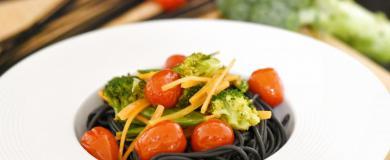 Sépiové špageti so zeleninou a vínovo-maslovou omáčkou