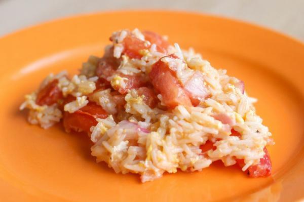 Rýže s vajíčkem a rajčetem