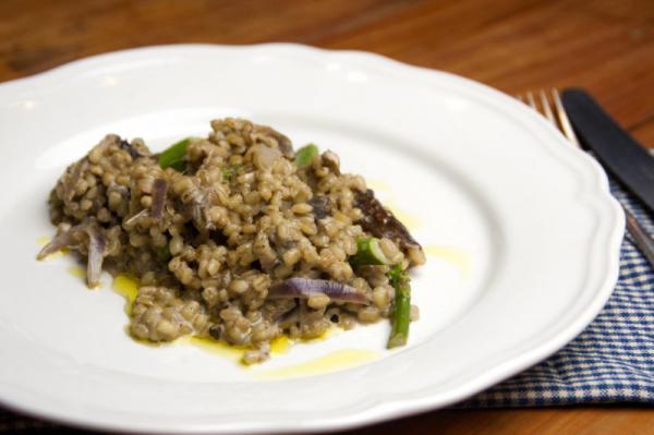 Kroupové rizoto s chřestem a lanýžovým olejem