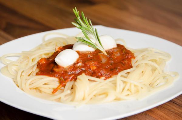Špagety s mozzarelou a pomodoro omáčkou
