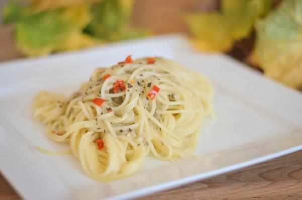 Cesnakovo bazalkové špagety