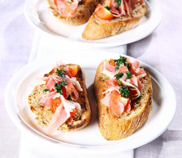 Bruschetta s bazalkovým pestom, cherry paradajkami a prosciuttom