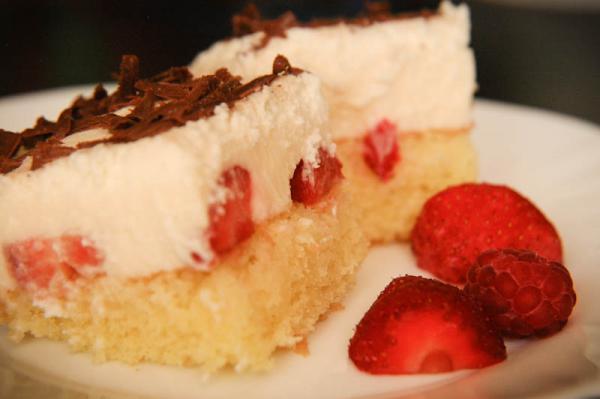 Pudingový koláč s jahodami