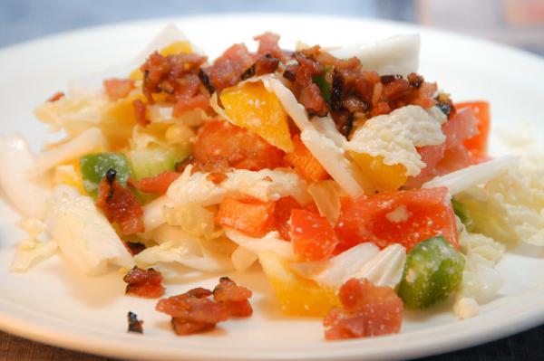 Zeleninový šalát so syrom a anglickou slaninou