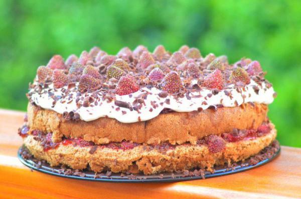 Jahodová torta so šľahačkou