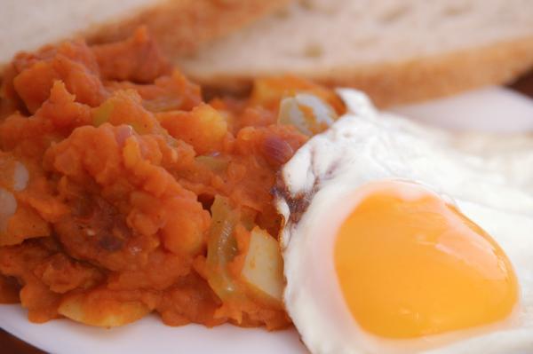 Chorizo so zemiakmi a volským okom