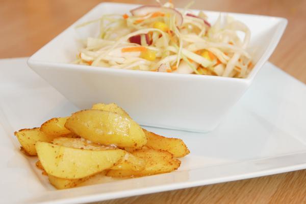 Kapustový šalát s pečenými zemiakmi