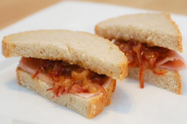 Chlieb s horčicovo-medovou cibuľkou a šunkou