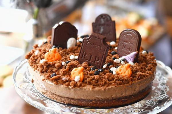 Torta s čokoládovo medovým korpusom, jahodovým džemom a čoko mousse