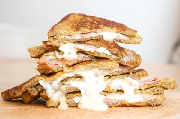 Vajcový toast so šunkou a syrom