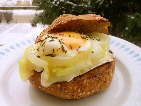 Houska se zapečený vajíčkem